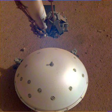 Dieses Bild zeigt die kuppelförmige Abdeckung des SEIS-Instruments, mit dem das erste Beben auf dem Mars registriert wurde. (Credits: NASA / JPL-Caltech)