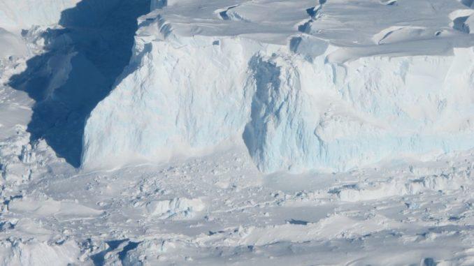 Ein Teil des Thwaites-Gletschers. (Credits: NASA / James Yungel)