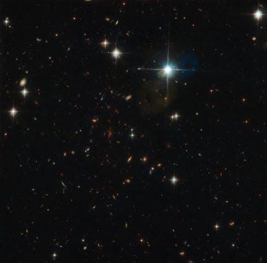 Hubble-Aufnahme des fernen Galaxienhaufens SPT-CL J0615-5746. (Credits: ESA / Hubble & NASA, I. Karachentsev et al., F. High et al.)