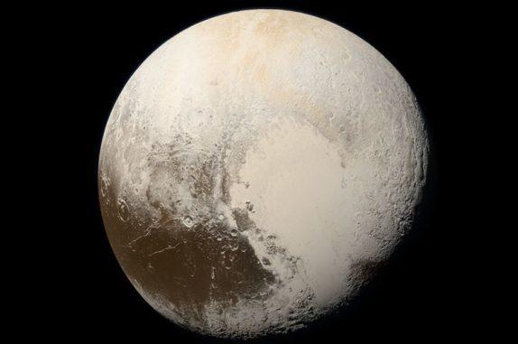Der Zwergplanet Pluto, aufgenommen von der Raumsonde New Horizons im Jahr 2015. (Credits: NASA / Johns Hopkins University Applied Physics Laboratory / Southwest Research Institute / Alex Parker)