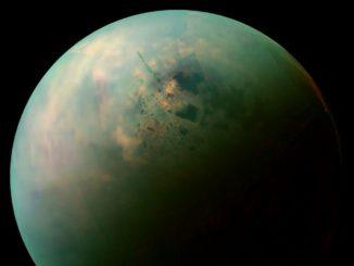 Eine Falschfarbenaufnahme der nördlichen Halbkugel von Titan, dem größten Saturnmond. Das Bild wurde von der NASA-Raumsonde Cassini gemacht. (Credit: NASA / JPL-Caltech / Space Science Institute)