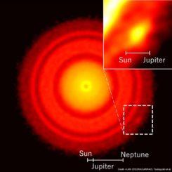 ALMA-Bild der protoplanetaren Scheibe um den jungen Stern TW Hydrae. Ein kleiner Klumpen aus Staub ist unten rechts erkennbar. (Credits: ALMA (ESO / NAOJ / NRAO), Tsukagoshi et al.)
