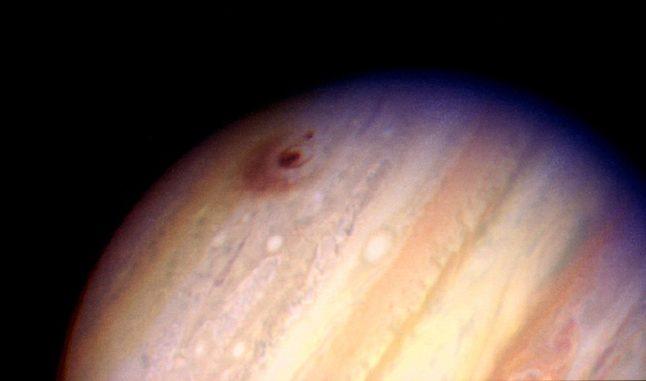 Hubble-Aufnahme des Gasriesen Jupiter mit den Einschlagorten der Fragmente D und G des Kometen Shoemaker-Levy 9. Die Fragmente schlugen am 17. Juli 1994 um 07:45 EDT beziehungsweise am 18. Juli 1994 um 03:28 EDT auf dem Jupiter ein. (Credits: H. Hammel, MIT and NASA)