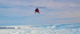 Der Helikopter im Landeanflug auf den Jakobshavn-Gletscher an der Westseite Grönlands. (Credits: University of South Florida)