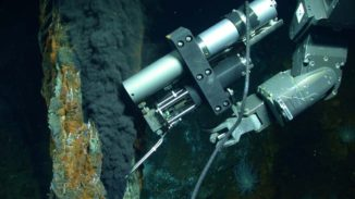 Der Arm des ferngesteuerten Roboters Jason nimmt eine Probe aus einem hydrothermalen Schlot. (Credits: Photo by Chris German / WHOI / NSF, NASA / ROV Jason 2012, Woods Hole Oceanographic Institution)
