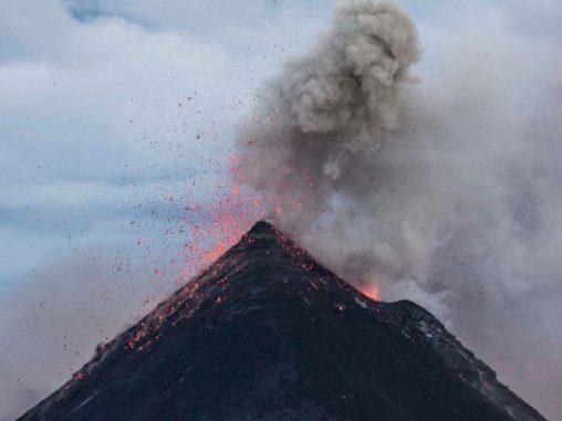 Ein ausbrechender Vulkan. (Credits: University of Houston)
