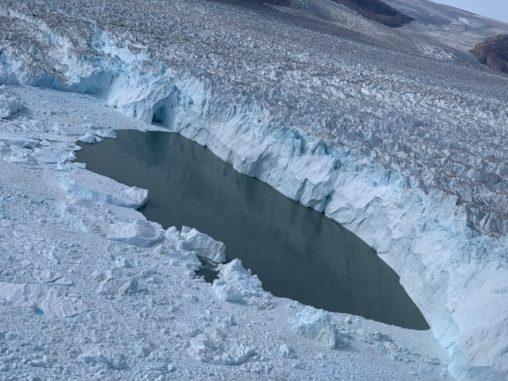 Die Kalbungslinie des Helheim-Gletschers am 15. August 2019, aufgenommen von der Oceans Melting Greenland Mission. (Credits: NASA / Josh Willis)