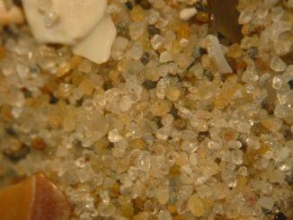 Sand als Beispiel für ein Granulat, das sich wie eine Flüssigkeit oder wie ein Festkörper verhalten kann. (Credits: Wikipedia / Renée Janssen / gemeinfrei)