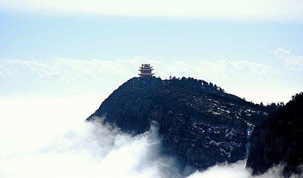 Blick auf den Gipfel des Emei Shan in der südchinesischen Provinz Sichuan, wo es im Mittleren Perm zu gewaltigen vulkanischen Aktivitäten kam. (Credits: Wikipedia / gemeinfrei)