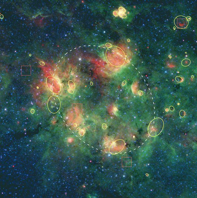 Quadrate zeigen die gefundenen Bow-Shocks an, gelbe Kreise und Ovale markieren die Positionen von mehr als 30 Blasen. (Credits: NASA / JPL-Caltech)
