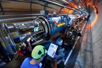 Zwei Mitglieder des LHC-Wartungsteams inspizieren und säubern ein Diodengehäuse eines Dipolmagneten, bevor sie die elektrische Isolierung verbessern. (Credits: Image: Maximilien Brice and Julien Ordan / CERN)