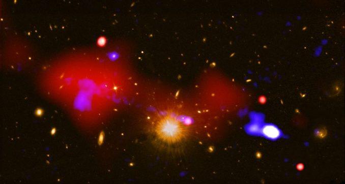 Die Jets eines Schwarzen Lochs haben die Sternentstehungsrate in vier weiteren Galaxien erhöht. Beschriftete Version siehe Text. (Credit: X-ray: NASA / CXC / INAF / R. Gilli et al.; Radio NRAO / VLA; Optical: NASA / STScI))