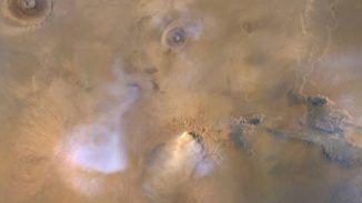 """Die gelbweiße Wolke unten in der Bildmitte ist ein """"Staubturm"""" auf dem Mars – eine dichte Staubwolke, die sich Dutzende Kilometer hoch in die Atmosphäre erhebt. (Credits: NASA / JPL-Caltech / MSSS)"""