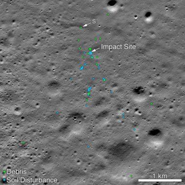 Die Absturzstelle des Vikram-Landers und des damit zusammenhängenden Trümmerfeldes. Grüne Punkte stellen Trümmer des Landers dar. Blaue Punkte kennzeichnen beeinflussten Boden, wo der Regolith wahrscheinlich aufgewühlt wurde. (Credits: NASA / Goddard / Arizona State University)