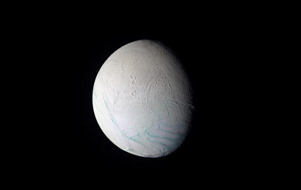 Der Saturnmond Enceladus mit den parallel verlaufenden Tigerstreifen am Südpol. (Credits: NASA / JPL / Space Science Institut)