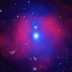 NGC 6338, zwei kollidierende Galaxiengruppen, basierend auf Daten der Weltraumteleskope Chandra und XMM-Newton sowie Radiodaten des GMRT und optischen Daten des Sloan Digital Sky Survey. (Credits: X-ray: Chandra: NASA / CXC / SAO / E. O'Sullivan; XMM: ESA / XMM / E. O'Sullivan; Optical: SDSS)