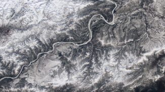 Die Eisbedeckung des Yukon River in der Nähe seines Zusammenflusses mit dem Tanana River in Alaska. (Courtesy Landsat imagery / NASA Goddard Space Flight Center and U.S. Geological Survey)