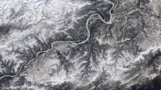 Die Eisbedeckung des Yukon River in der Nähe seines Zusammenflusses mit dem Tanana River in Alaska. (Courtesy Landsat imagery / NASA Goddard Space Flight Center and U.S. Geological Survey)