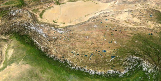 Der Himalaya (unten), das Hochland von Tibet (Zentrum) und die Taklamakan-Wüste (oben) auf einem zusammengesetzten Satellitenbild. (Credits: NASA)