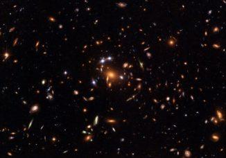 Hubble-Aufnahme von Quasaren, die dem Gravitationslinseneffekt unterliegen. (Credits: ESA, NASA, K. Sharon (Tel Aviv University) and E. Ofek (Caltech))
