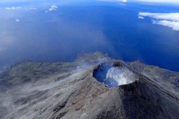 Der Gipfel des Cleveland-Vulkans auf den Aleuten in Alaska. In dem Krater ist ein Lavadom erkennbar. (Credit: Photo is by Cindy Werner, courtesy of Alaska Volcano Observatory)