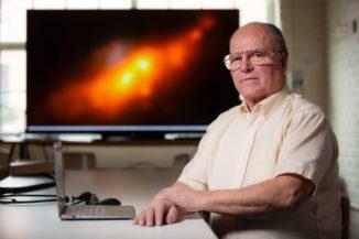 Alllen Lawrence, der Erstautor der neuen Studie über den Doppelkern der Galaxie NGC 4490 (im Hintergrund). (Credits: Photo by Christopher Gannon)