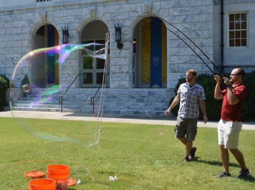 Justin Burton (links) und Stephen Frazier (rechts) von der Emory University experimentieren mit Riesenseifenblasen. (Credits: Emory University)