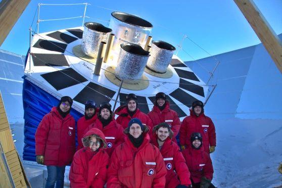 Mitglieder der BICEP Collaboration genießen einen antarktischen Sommertag vor dem neuen BICEP Array Telescope am Südpol. (Credits: Clem Pryke)
