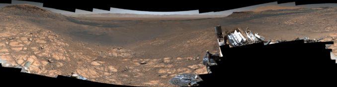 Das neue hochauflösende Panoramabild der Marsoberfläche, aufgenommen vom Marsrover Curiosity (unten in voller Auflösung verlinkt). (Credits: NASA / JPL-Caltech / MSSS)
