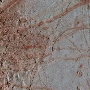 Die hier gezeigten Strukturen auf dem Jupitermond Europa hängen vermutlich mit Brüchen der Kruste aufgrund Jupiters Gravitationsfeld zusammen. (Credits: NASA / JPL-Caltech / SETI Institute)