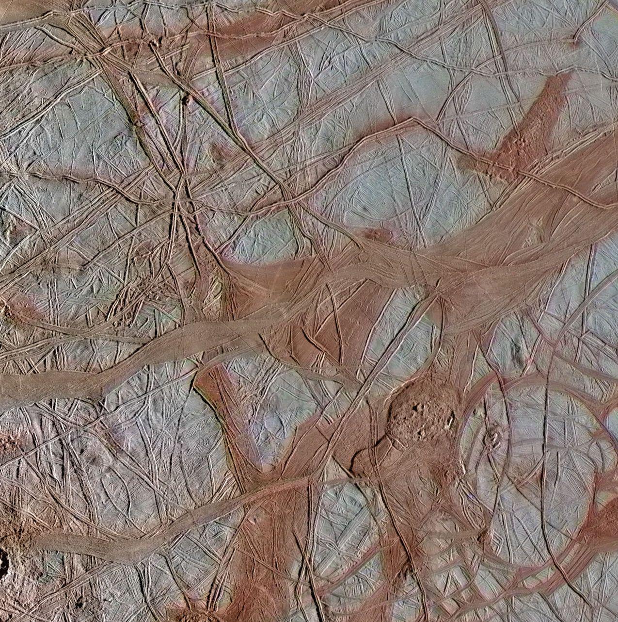 Höhenrücken auf dem Jupitermond Europa. (Credits: NASA / JPL-Caltech / SETI Institute)