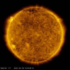 Auf dieser Aufnahme des Solar Dynamics Observatory (SDO) ist oben links eine Sonneneruption zu erkennen, die von einer neuen Sonnenfleckengruppe ausgelöst wurde. (Credits: NASA / Solar Dynamics Observatory / Joy Ng)