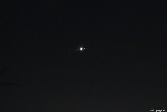 Im vergrößerten Bildausschnitt sind sogar die vier Galileischen Monde erkennbar. (Credit: astropage.eu)