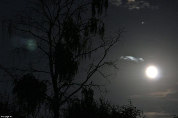 Konjunktion von Mond, Jupiter (oben rechts) und Saturn (oben links). (Credit: astropage.eu)