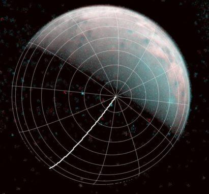 Ein Bild der Nordpolarregion Ganymeds, aufgenommen von der Raumsonde Juno am 26. Dezember 2019. Die dicke Linie ist der Nullmeridian. (Credits: NASA / JPL-Caltech / SwRI / ASI / INAF / JIRAM)