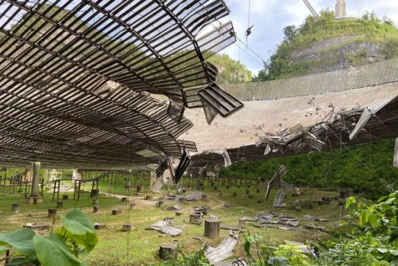 Schäden am Arecibo-Radioteleskop in Puerto Rico. (Credits: University of Central Florida)