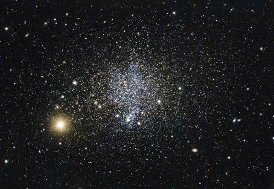 Die Phoenix-Zwerggalaxie enthält eine große Anzahl junger Sterne. (Credit: ESO)
