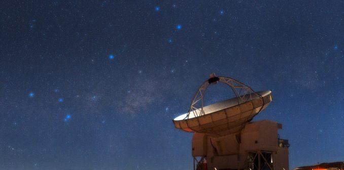 Das Atacama Pathfinder Experiment (APEX) Teleskop der Europäischen Südsternwarte in Chile. (Credits: ESO / B. Tafreshi (twanight.org))