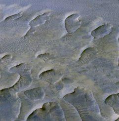 Vom Wind gestaltete Dünenfelder in der Melas Chasma Region auf dem Mars, aufgenommen mit der HiRISE-Kamera an Bord des Mars Reconnaissance Orbiter. (Credits: NASA / JPL / University of Arizona)