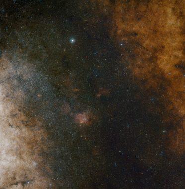 Weitfeldansicht des Zentrums unserer Milchstraßen-Galaxie in sichtbaren Wellenlängen. (Credit: ESO and Digitized Sky Survey 2. Acknowledgment: Davide De Martin and S. Guisard)