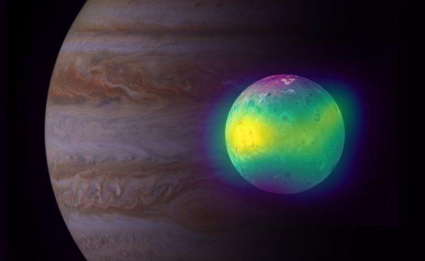 Kompositbild von Jupiters Mond Io in Radiowellenlängen (ALMA) und sichtbaren Wellenlängen (Voyager 1 und Galileo). Gelbe Farbtöne zeigen Schwefeldioxidfahnen an. Im Hintergrund ist Jupiter zu sehen (Cassini). (Credit: ALMA (ESO / NAOJ / NRAO), I. de Pater et al.; NRAO / AUI NSF, S. Dagnello; NASA / JPL / Space Science Institute)
