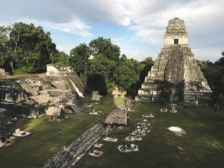 Ein Teil der antiken Maya-Stadt Tikal. (Image Credit: Photo: Jimmy Baum / Wikimedia Commons)