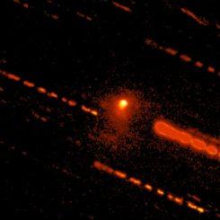 Dieses Bild des Large Monolithic Imager am 4,3-Meter Discovery Channel Telescope zeigt das Objekt C/2014 OG392 (PANSTARRS) mit seiner ausgeprägten Koma. Die Striche sind Spuren der Sterne, hervorgerufen durch die lange Belichtungszeit von 7700 Sekunden. (Credits: Lowell Observatory, Colin Chandler)