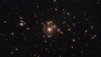 Hubble-Aufnahme der Galaxie LRG-3-817 und des Galaxienhaufens, der den Gravitationslinseneffekt an dieser Galaxie verursacht. (Credits: ESA / Hubble & NASA, S. Allam et al.)