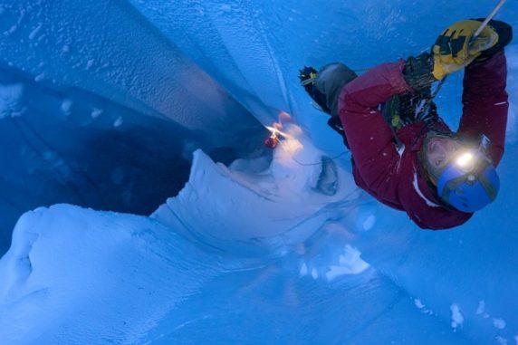 Matt Covington klettert in eine Gletschermühle des Eisschildes auf Grönland. (Credits: Photo by Jason Gulley)