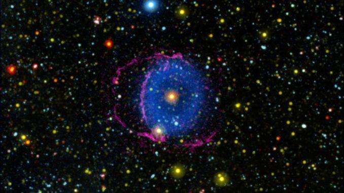Der Blue Ring Nebula besteht aus zwei expandierenden Gaswolken, die von einer stellaren Verschmelzung in den Weltraum katapultiert wurden. (Credits: NASA / JPL-Caltech / M. Seibert (Carnegie Institution for Science) / K. Hoadley (Caltech) / GALEX Team)