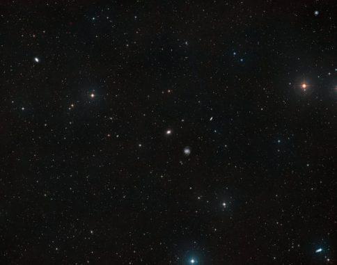 Dieses Bild zeigt den Himmel um die ultraschwachen Galaxien NGC 1052-DF4 und NGC 1052-DF2. Es basiert auf Daten des Digitized Sky Survey 2. NGC 1052-DF2 ist auf diesem Bild praktisch nicht erkennbar. (Credits: ESA / Hubble, NASA, Digitized Sky Survey 2; Acknowledgement: Davide de Martin)