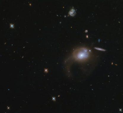 Die Galaxie SDSS J225506.80+005839.9, aufgenommen vom Weltraumteleskop Hubble. (Credits: ESA / Hubble & NASA, A. Zabludoff)