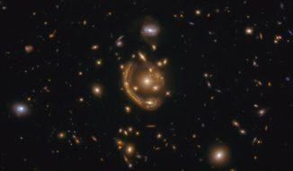 Die Galaxie GAL-CLUS-022058s ist ein Musterbeispiel für den Gravitationslinseneffekt. (Credits: ESA / Hubble & NASA, S. Jha; Acknowledgement: L. Shatz)