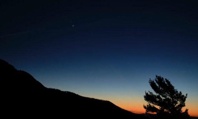 Saturn (oben) und Jupiter (unten) kurz nach Sonnenuntergang, fotografiert am 13. Dezember 2020 im Shenandoah National Park in Virginia. (Credits: NASA / Bill Ingalls)